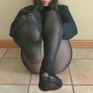 sexy zgodna zavodi svojim nogama i stopalima